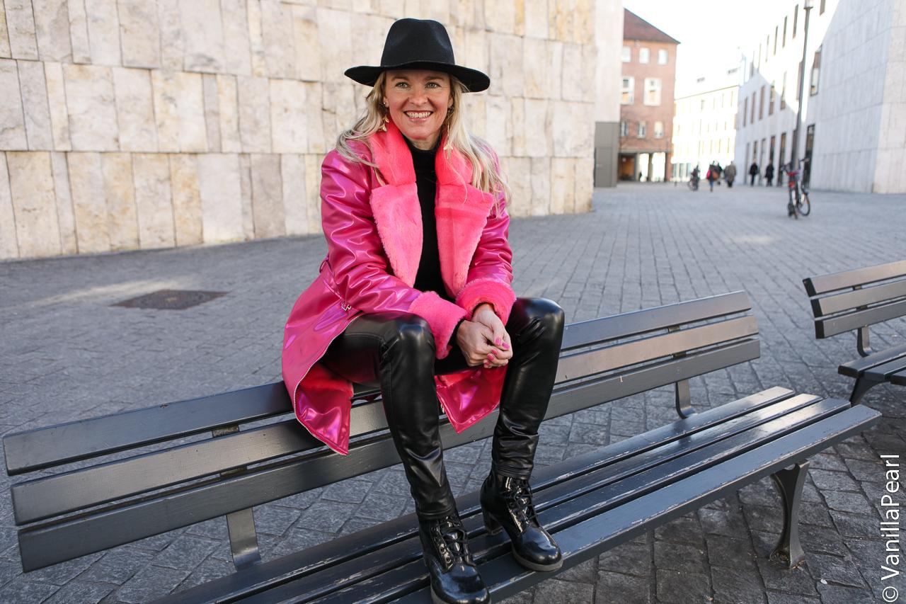 Christina-Vanilla-Pearl-in-Arcanum-Lederhose-Shine-Viktualienmarkt-M-nchen-vegan-leather-43