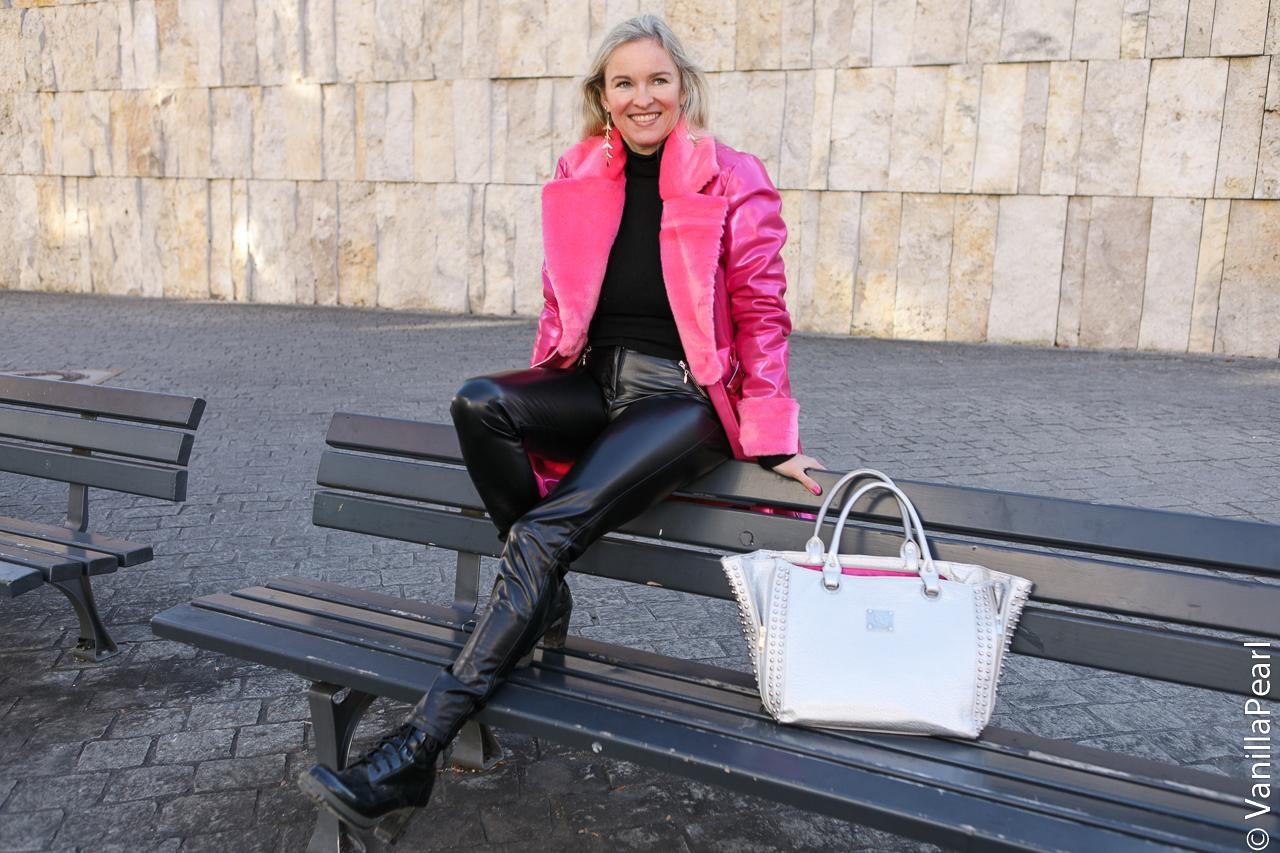 Christina-Vanilla-Pearl-in-Arcanum-Lederhose-Shine-Viktualienmarkt-M-nchen-vegan-leather-51